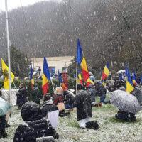 ΣΥΓΚΛΟΝΙΣΤΙΚΟ: Γονατιστοί μέσα στο χιόνι για τον Άγιο Ανδρέα